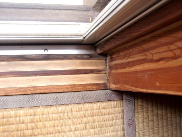 1:アパートの窓際のカビ染み